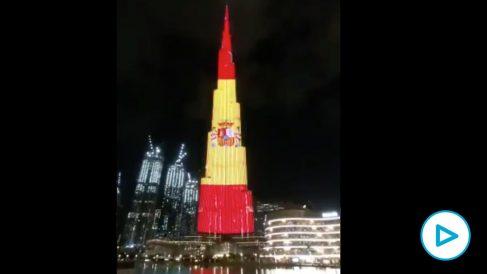 El edificio más grande del mundo se tiñe con los colores de la bandera de España para rendir homenaje a los profesionales sanitarios