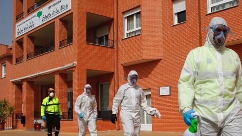 Efectivos desinfectando de coronavirus una residencia de ancianos.