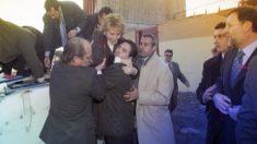 Esperanza Aguirre es evacuada del helicóptero en el que sufrió un accidente en 2005, con Mariano Rajoy a la derecha.