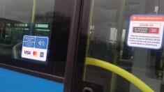 Etiquetas instaladas en los autobuses municipales de Madrid. (Foto: Madrid)
