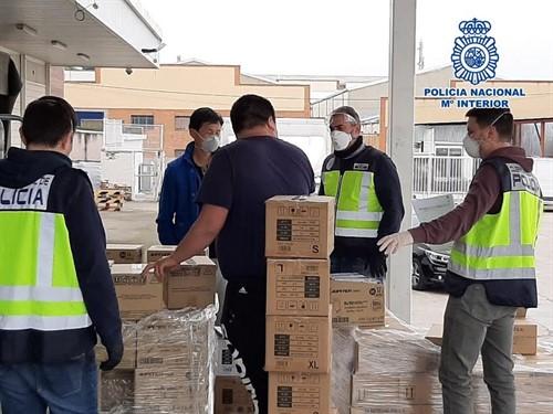 Intervención de la Policía para requisar material sanitario en el Polígono Cobo Calleja y en Usera, en Madrid