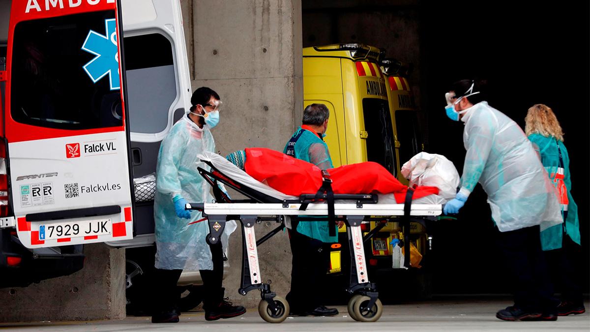 Personal medico porta un paciente.