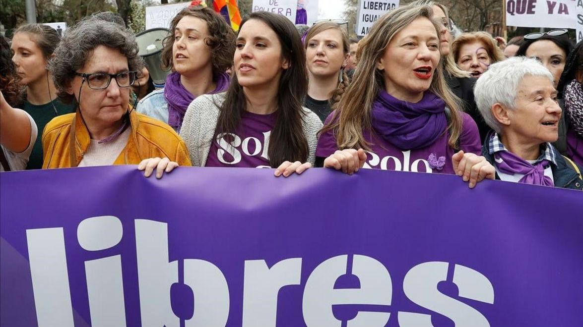 La ministra de Igualdad, Irene Montero, junto a otras dirigentes de Podemos en la marcha del 8-M en 2020.