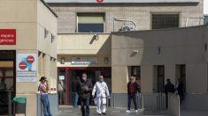 Varias personas protegidas con mascarilla se encuentran cerca de la puerta de Urgencias del Hospital Gregorio Marañón. (Foto: EP)