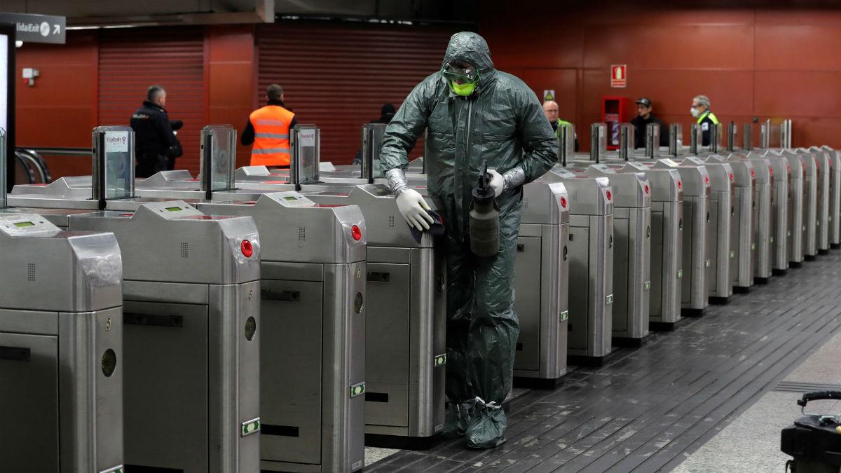 Efectivos de la Unidad Militar de Emergencias (UME) realizan labores de desinfección en el metro de la madrileña Puerta del Sol. Foto: EFE