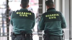 Dos agentes de la Guardia Civil.