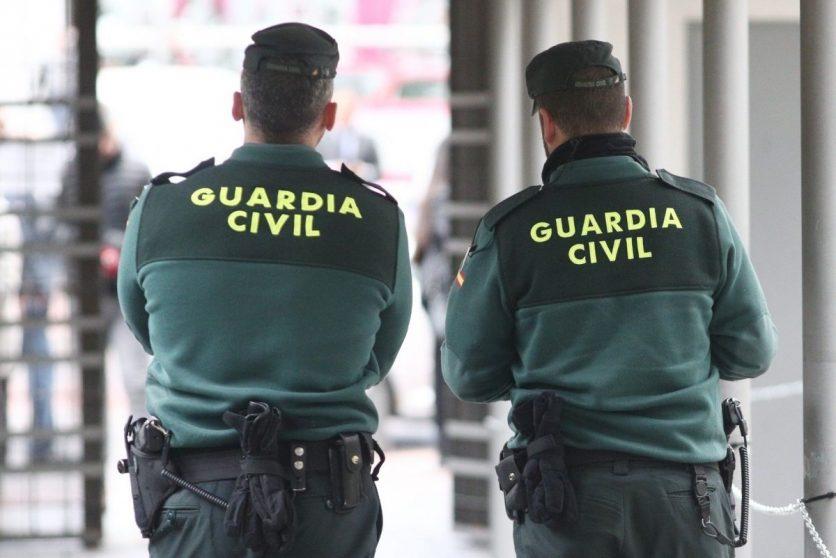 Dos agentes de la Guardia Civil.