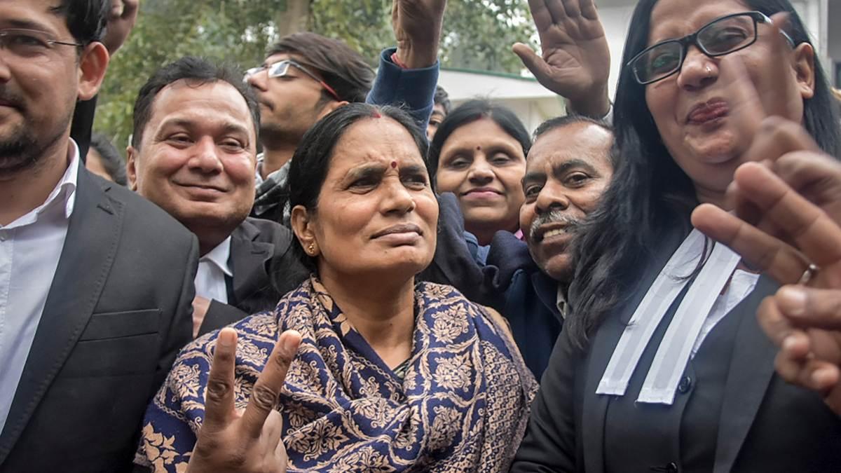 La madre de la joven víctima de una violación grupal en la India. Foto: EP