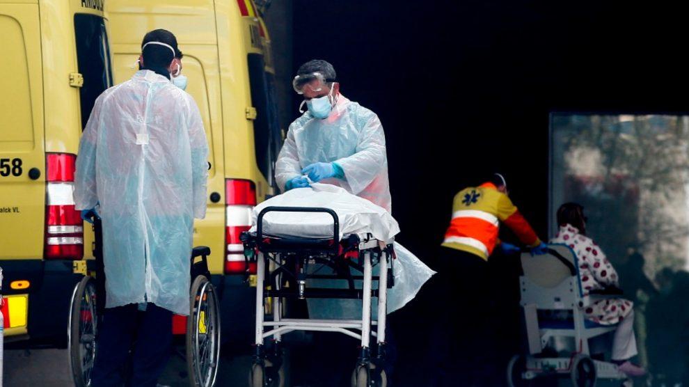 Dos sanitarios atienden un afectado de coronavirus en España.