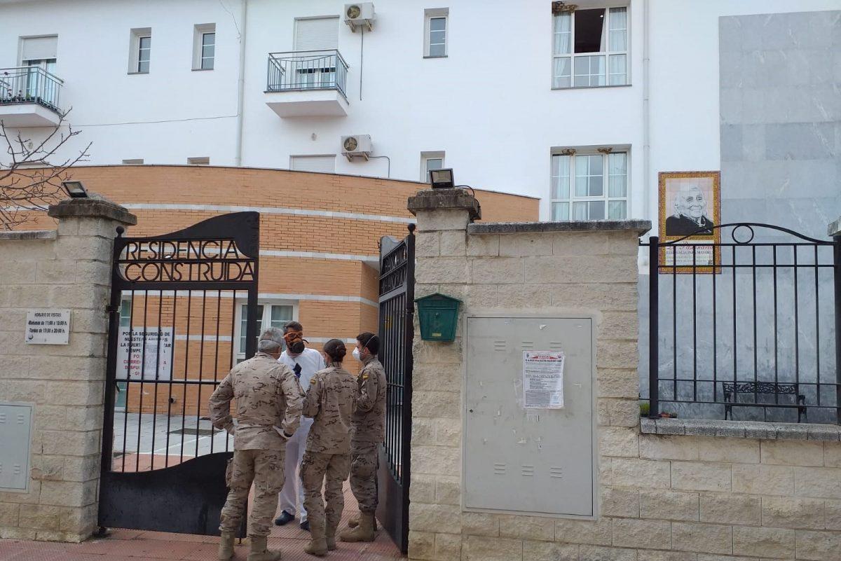 Militares en una residencia de ancianos en Cádiz, afectada por el coronavirus