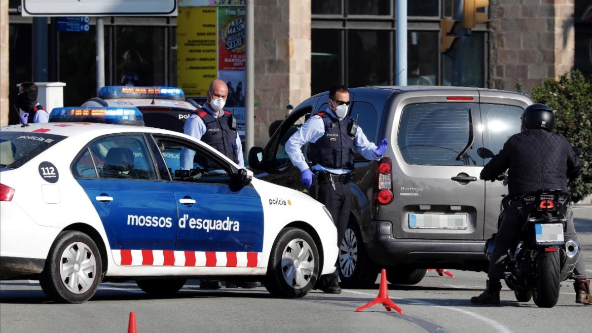 Mossos d'Esquadra montan un control de vehículos para velar por el cumplimiento de la orden de confinamiento. (Foto: EFE)