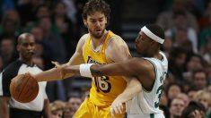 Pau Gasol y Paul Pierce durante un Lakers-Celtics en 2011. (AFP)