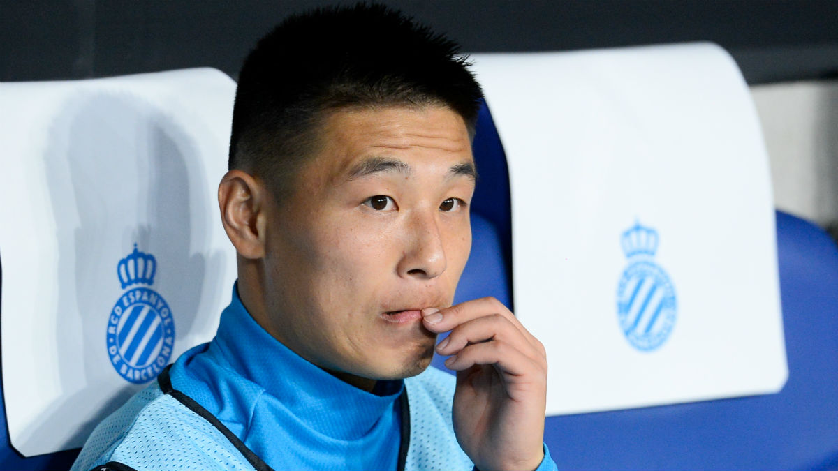 Wu Lei, positivo por coronavirus, en el banquillo del Espanyol. (AFP)