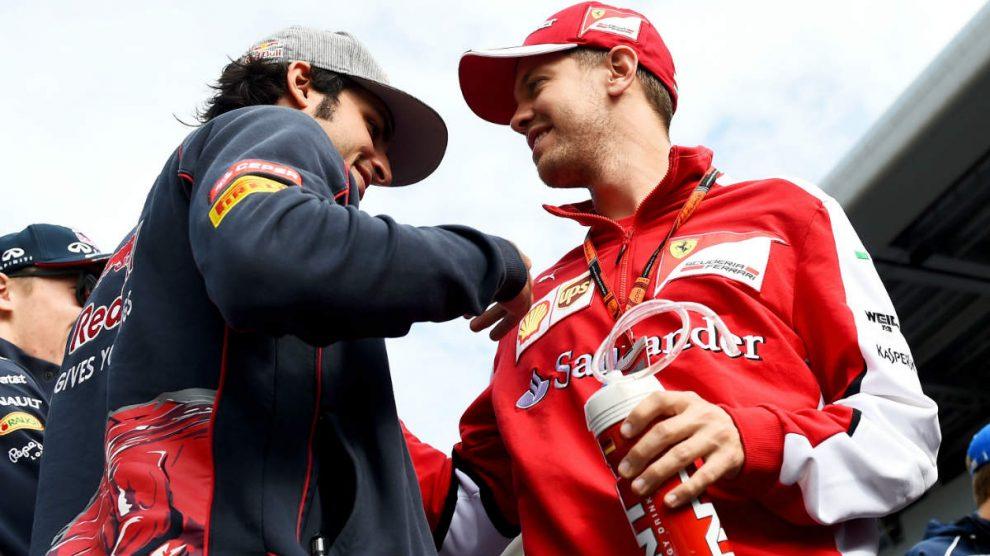 Carlos Sainz, en su etapa en Toro Rosso, saluda a Vettel. (Getty)
