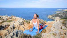 El saludo al sol es una postura básica en el calentamiento del yoga