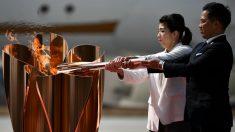 Dos medallistas olímpicos japoneses prenden la llama en Tokio 2020. (AFP)