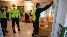 Miembros de la UME en la residencia de ancianos de Virgen del Rocio de Huelva para hacer labores de desinfección. (Foto: EP)