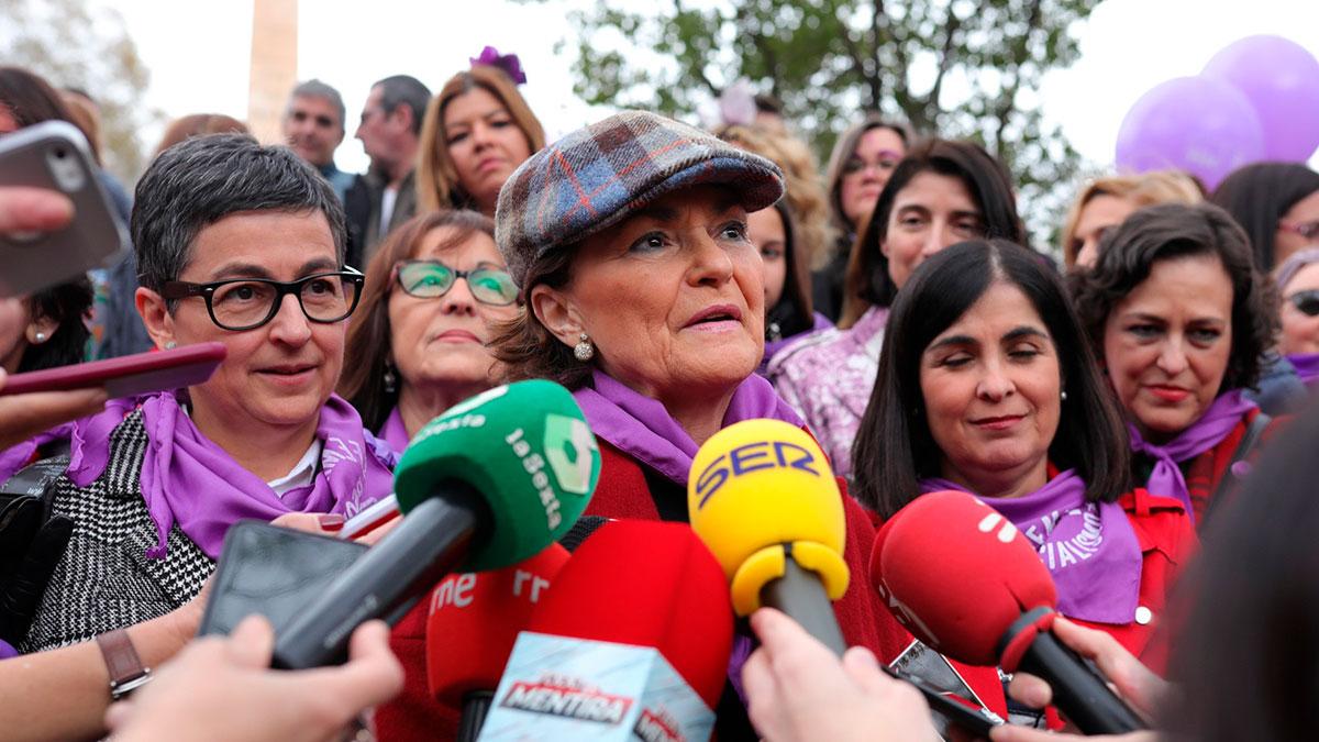 Carmen Calvo atiende a los medios en la marcha del 8M. Foto: EP