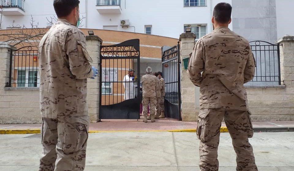 Militares ante una residencia de mayores durante la crisis del coronavirus.