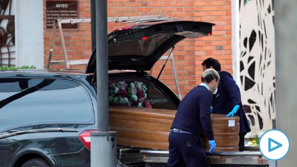 Llegada de un féretro al crematorio del cementerio de La Almudena en Madrid. (EFE)