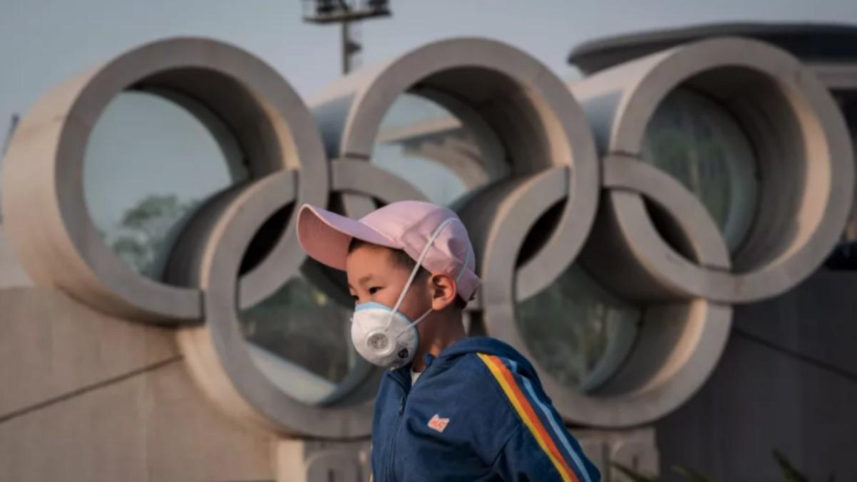 Un niño pasea cerca del parque olímpico de Tokio.