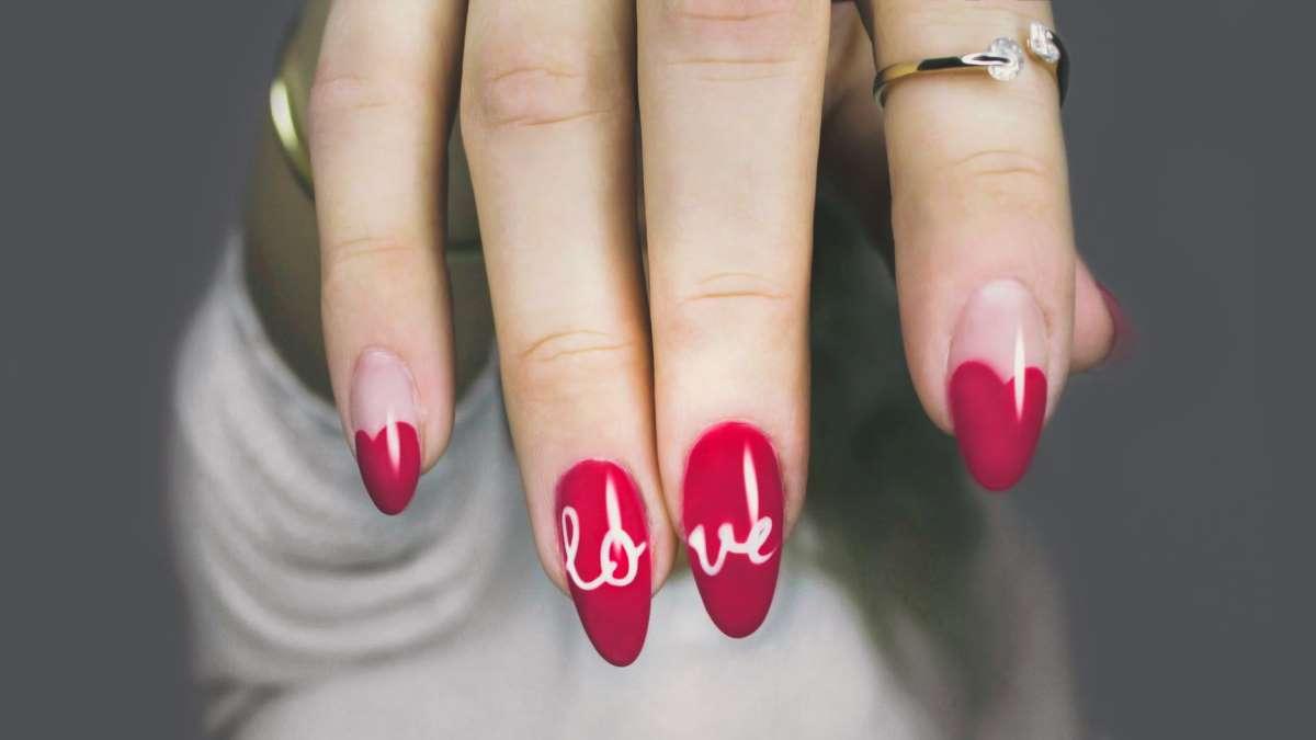 Estar en cuarentena no tiene por qué impedirte lucir unas uñas bonitas