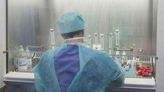 Un sanitario trabajando contra el coronavirus.