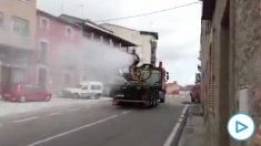 La UME comienza a utilizar un cañón de nieve para desinfectar las vías públicas contra el coronavirus.