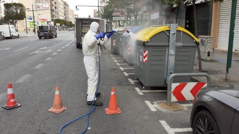 Un trabajador de la limpieza en plena crisis del coronavirus.