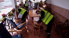 Militares de la UME limpiando una residencia de ancianos por el coronavirus.