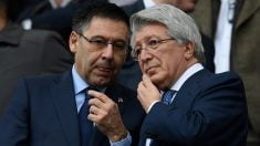 Josep María Bartomeu y Enrique Cerezo durante un partido entre el Atlético y el Barcelona (AFP).