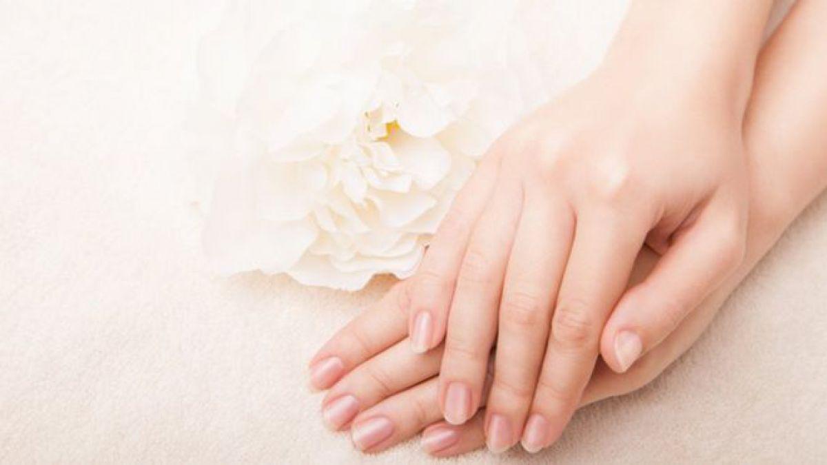 Las uñas se pueden volver amarillas por diferentes motivos, lo cual las afea bastante
