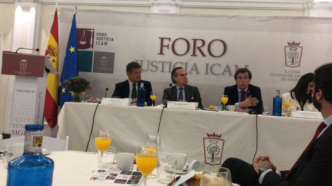 El decano del ICAM, el ex ministro de Justicia, Rafael Catalá, y el alcalde de Madrid, José Luis Martínez-Almeida