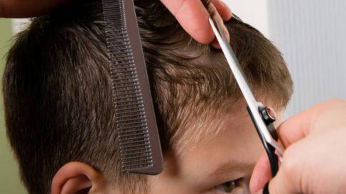 Todos los pasos para cortar el pelo a los niños en casa
