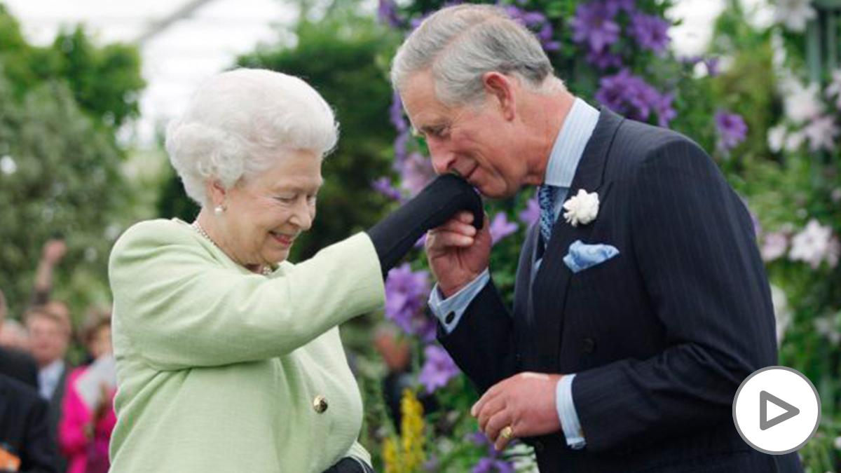 Isabel II y el príncipe Carlos de Inglaterra. (Foto: AFP)