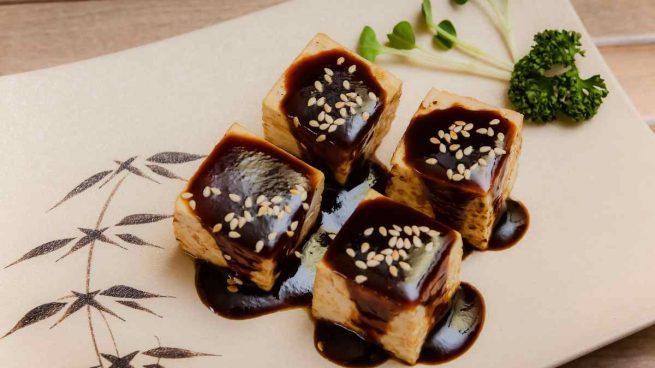 Tofu en salsa alioli de ajo negro