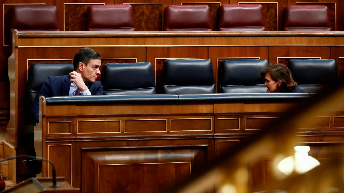 Pedro Sánchez y Carmen Calvo en el Congreso el pasado 18 de marzo. (Foto: EFE)