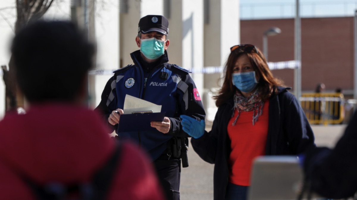 Un policía municipal acompaña a una trabajadora. (Foto: EP)