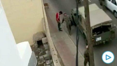 Militares practicando registros a varios individuos armados en Canarias.