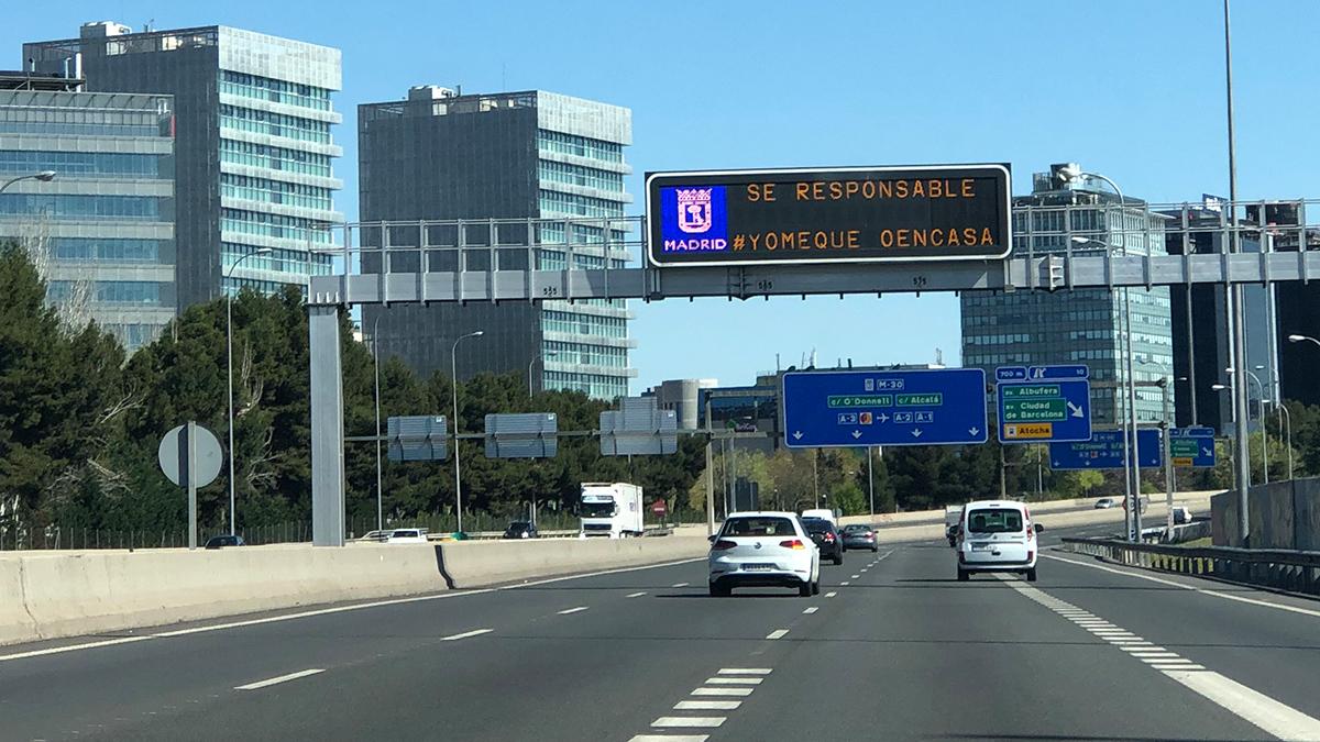 Una carretera de Madrid medio vacía. (Foto: Enrique Falcón)