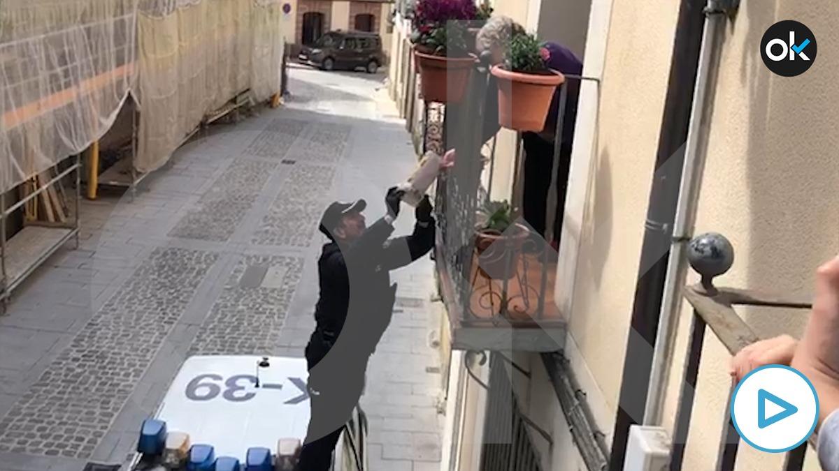El jefe de la Comisaría Local de Jaca le hace un regalo a una vecina mayor por su cumpleaños.