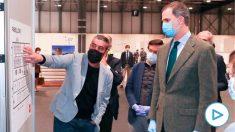 El Rey Felipe VI con mascarilla para evitar el contagio del coronavirus durante su visita al hospital de campaña del Ifema en Madrid.