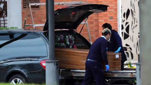 Llegada de un féretro al crematorio del cementerio de La Almudena en Madrid. (Foto: EFE Juanjo Martín)
