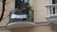 Un balcón con el mensaje _Quédate en tu casa. Foto: EP
