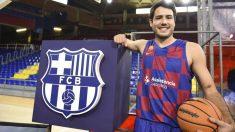 Alex Abrines posa con la camiseta del Barcelona tras fichar este verano por los culés.