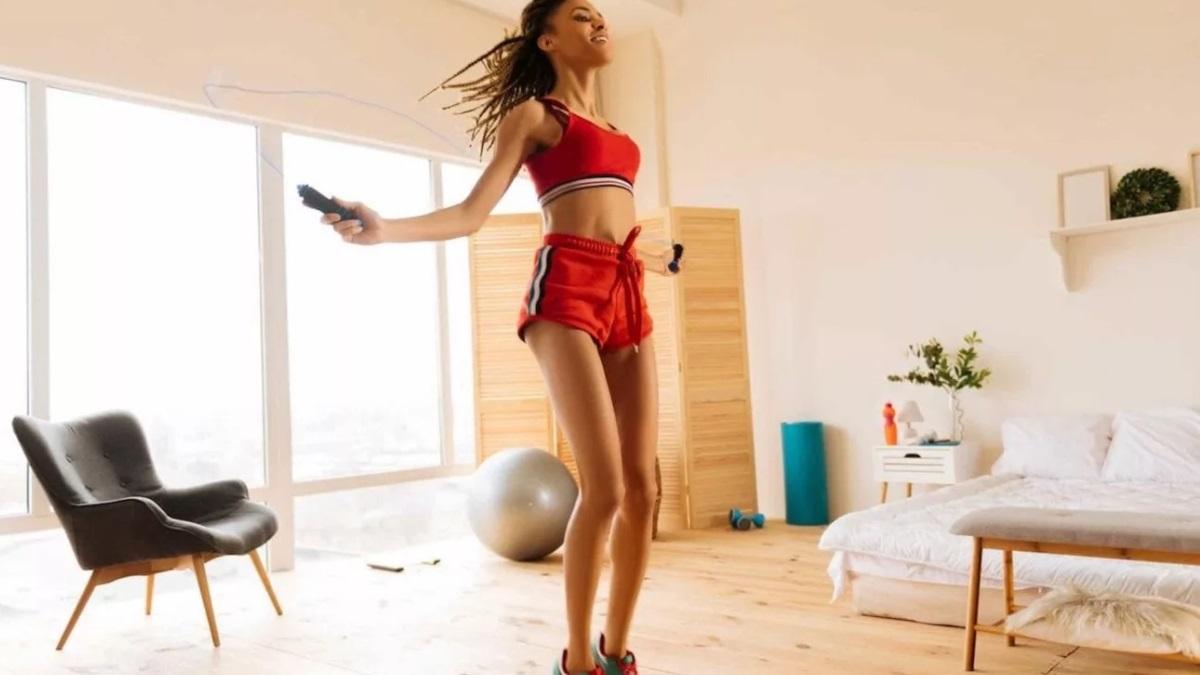 La comba es uno de los utensilios más beneficiosos para hacer ejercicio en casa