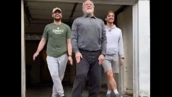 Un increíble baile viral de un padre con sus hijos triunfa en las redes sociales