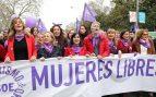 La ministra Darias, en el centro, sujentando la pancarta de la manifestación feminista del 8M. A su lado se puede ver a la ministra Nadia Calviño, al ministro Fernando Grande-Marlaska, a la mujer de Pedro Sánchez y a la madre del presidente (esquina derecha).