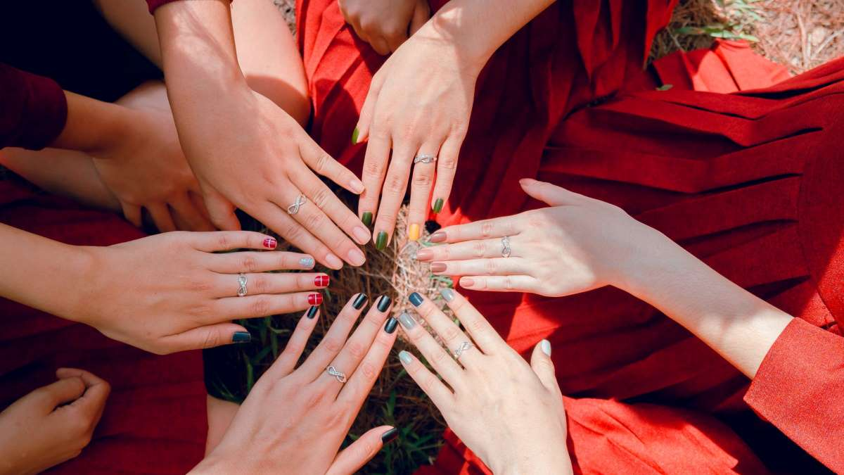 La manicura multicolor es una de las tendencias más llamativas de este año