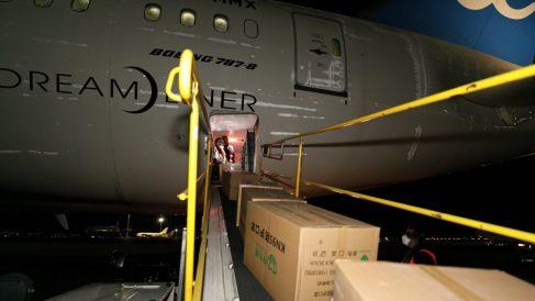 Avión en Barajas desembarcando material sanitario contra el coronavirus. (Foto: M. Transportes)